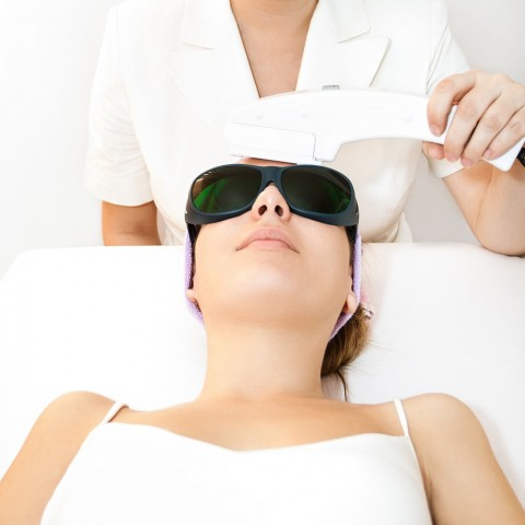 laseroterapia czoła u młodej pacjentki