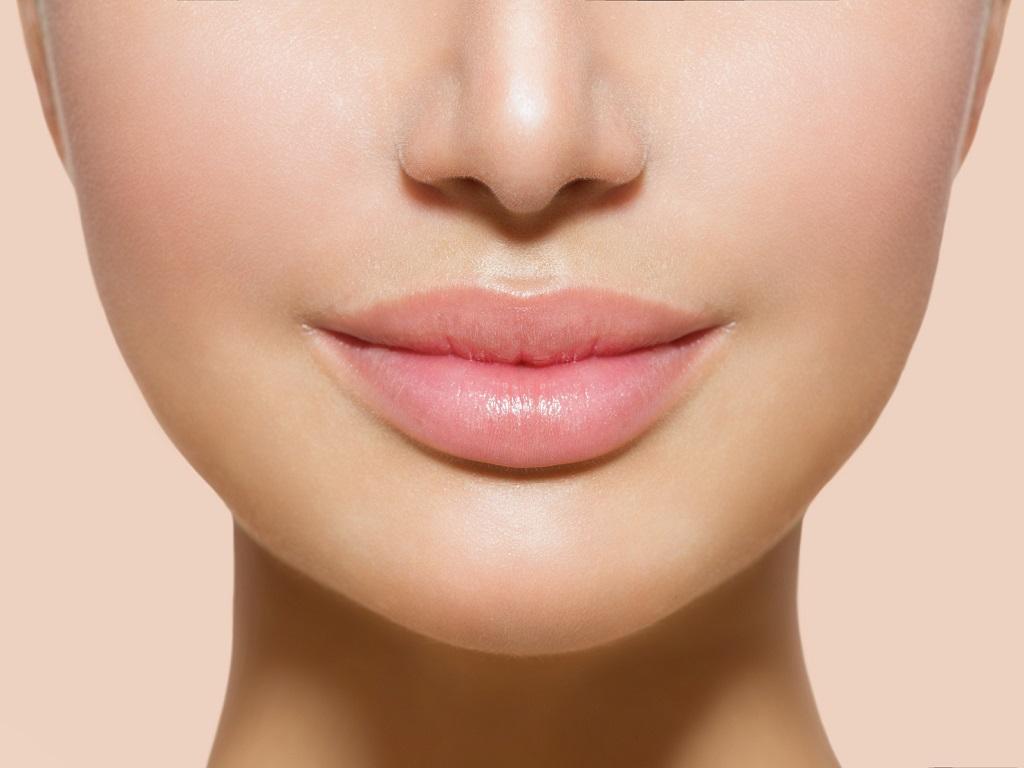 powiększone usta u młodej pacjentki